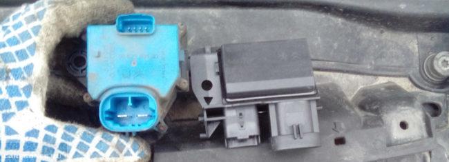 Реле отвечающее за работу вентилятора на Пежо 308
