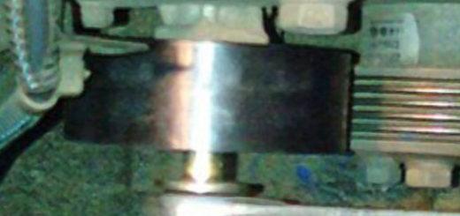 Натяжной ролик генератора на Шевроле Нива вблизи под капотом