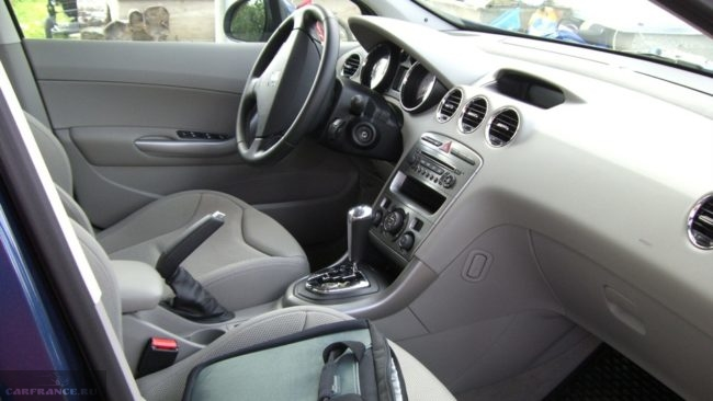 Салон автомобиля спереди на Пежо 308