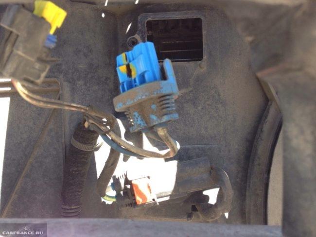 Демонтированный токопроводящий жгут блока управления вентилятором Пежо 308