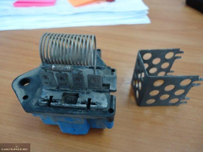 Демонтаж металлического корпуса блока управления вентилятора охлаждения Пежо 308
