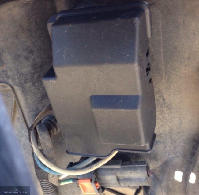 Демонтаж пылезащитного кожуха блока управления вентилятора охлаждения Пежо 308