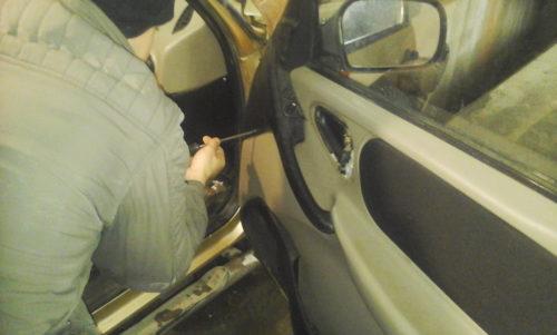 Демонтаж внутренней обшивки правой двери Нива Шевроле