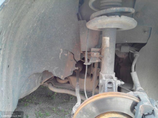Процесс демонтажа правого подкрылка Пежо 308
