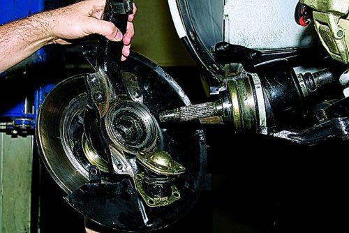 Демонтаж поворотного кулака в сборе с шаровыми опорами, ступичным узлом и тормозным диском Нива Шевроле
