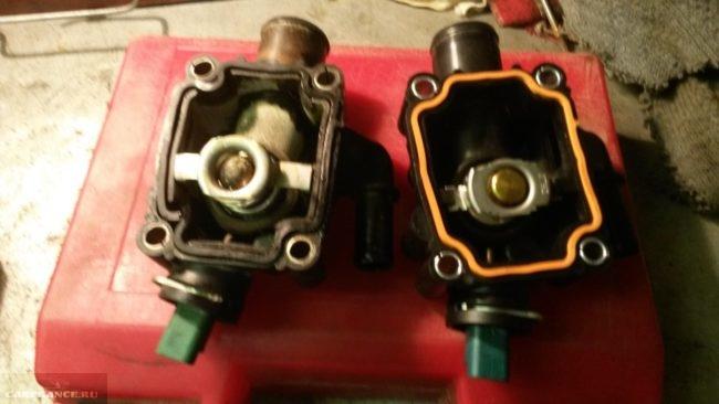 Термостаты Пежо 307 старый слева