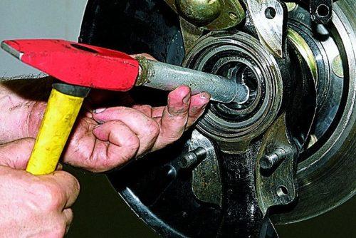 Процесс разъединения поворотного кулака и ступицы Нива Шевроле