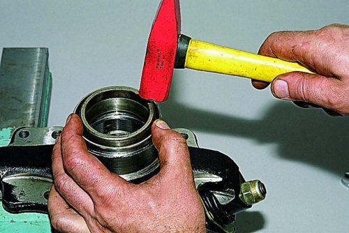 Процесс запрессовки наружного кольца подшипника ступицы Нива Шевроле молотком и трубой