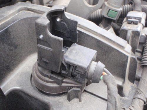 Соединительная колодка форсунки бензинового двигателя в автомобиле Пежо 308, вид с поднятой защелкой