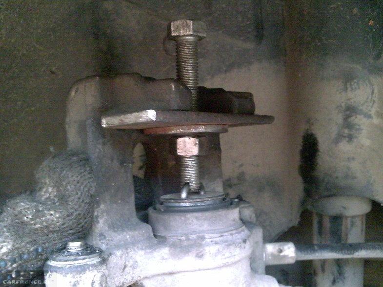 Вдавливаем поршень тормозного цилиндра