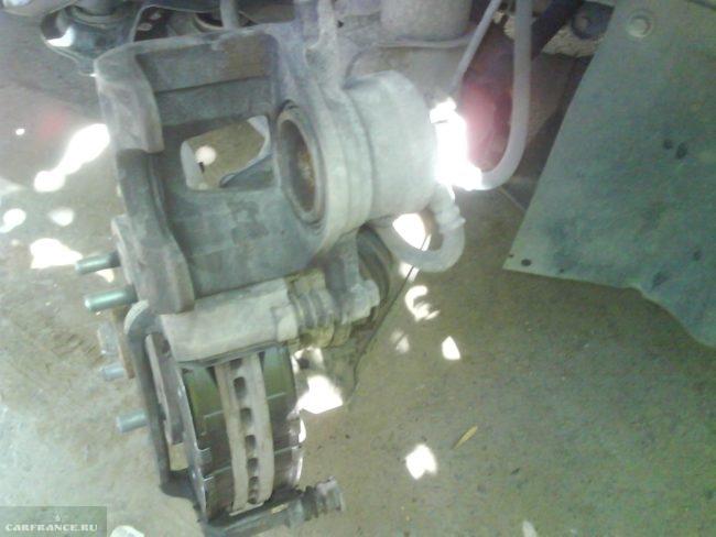 Тормозной суппорт и тормозной диск вблизи на Шевроле Лачетти