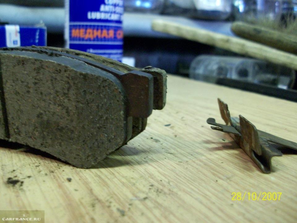 Демонтированные тормозные колодки на Шевроле Лачетти