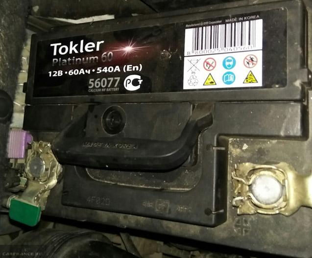 Аккумулятор на Пежо 308 под капотом