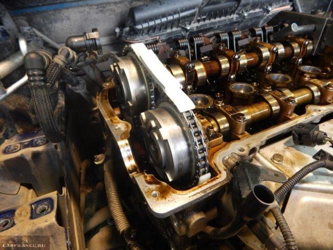 Установленная на двигатель новая цепь ГРМ Пежо 308