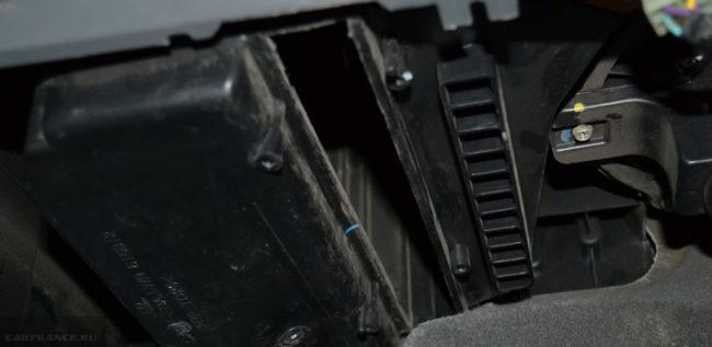 Чистка посадочного места салонного фильтра от грязи на Шевроле Лачетти