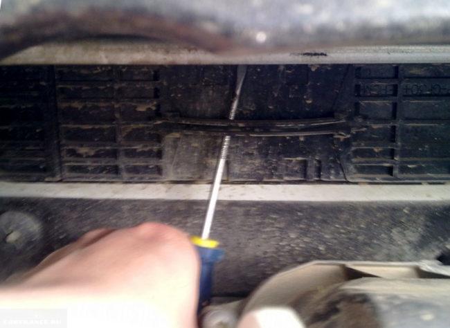 Демонтаж заглушки крепления салонного фильтра на Пежо 308
