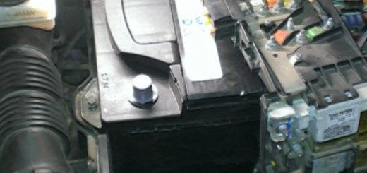 Демонтаж минусовой и плюсовой клеммы при снятии аккумулятора Пежо 308