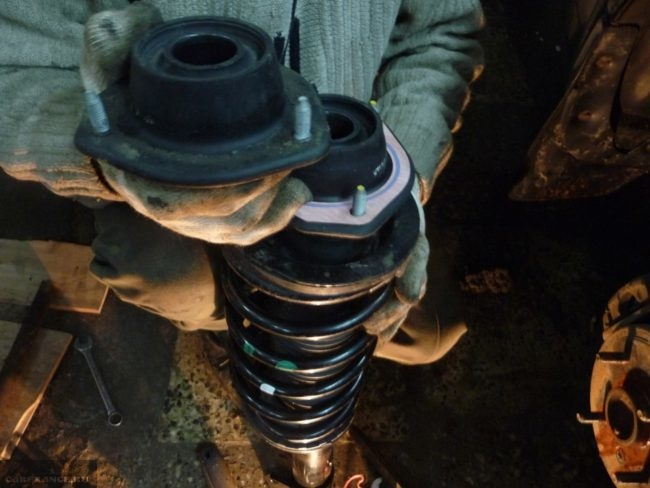 Демонтаж пружины от старой задней стойки на Шевроле Лачетти