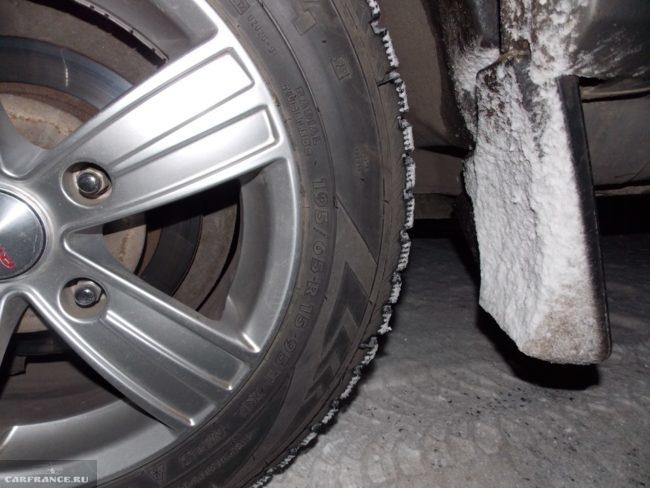 Колёсный диск на Шевроле Нива и болты крепления вблизи