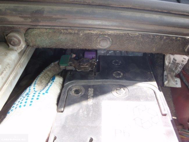 Демонтаж минусовой клеммы аккумуляторной батареи Пежо 308 под капотом
