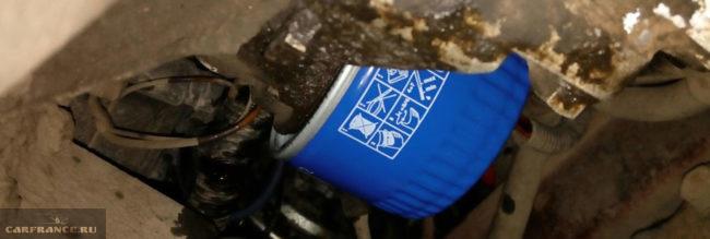 Новый масляный фильтр установлен на Шевроле Нива