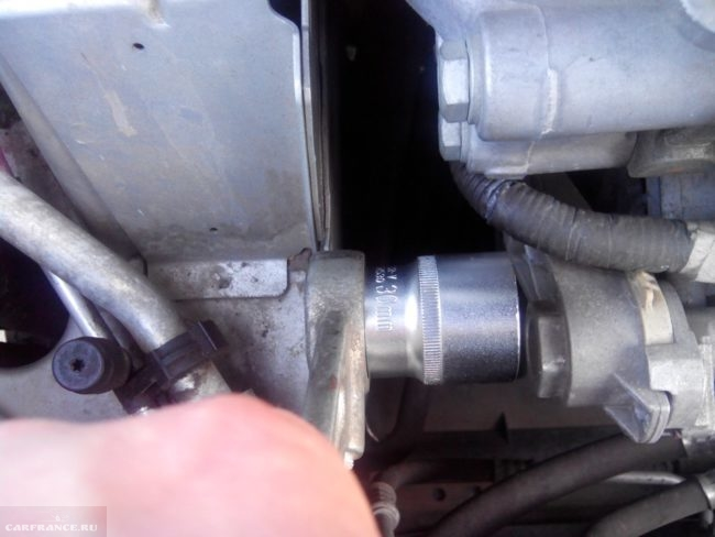 Процесс демонтажа ремня генератора Пежо 308