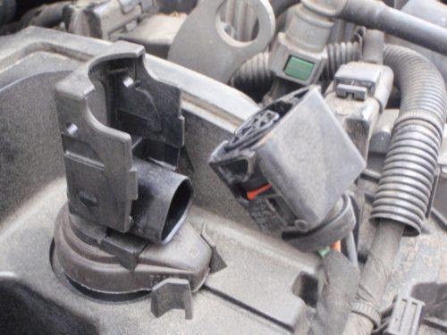 Демонтаж контактной колодки свечи зажигания Пежо 308