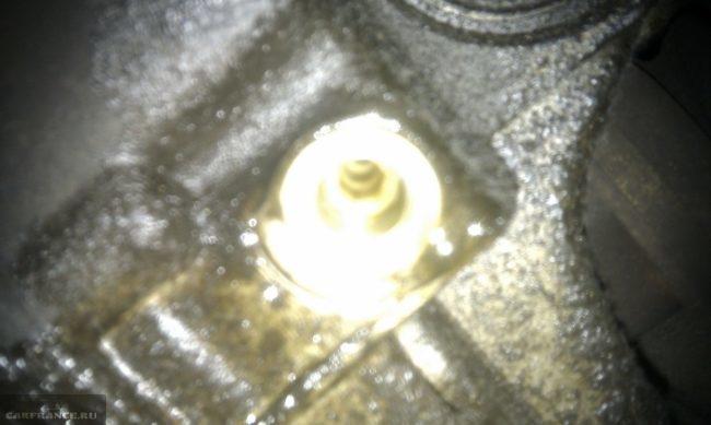 Пластмассовая пробка слива масла с АКПП Пежо 308 крупным планом