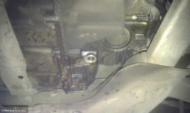 Пробка слива масла АКПП Пежо 308 крупным планом