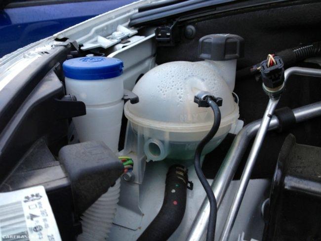Расширительный бачок системы охлаждения на Пежо 308