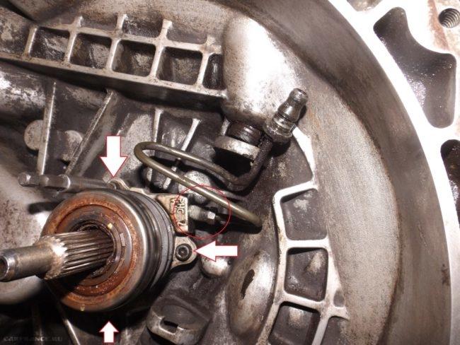 Демонтаж рабочего цилиндра сцепления на Шевроле Лачетти