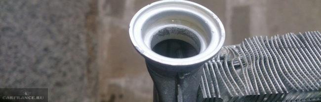 Радиатор отопителя и соты вблизи на Пежо 308