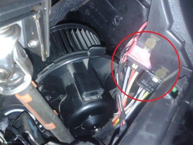 Демонтаж вентилятора отопителя на Пежо 307