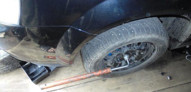Демонтируем переднее колесо на Шевроле Лачетти
