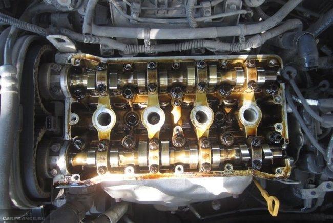 Вид головки блока цилиндров со снятой клапанной крышкой Шевроле Лачетти