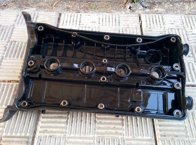 Крышка клапанов головки блока цилиндров Шевроле Лачетти со старой задубевшей прокладкой