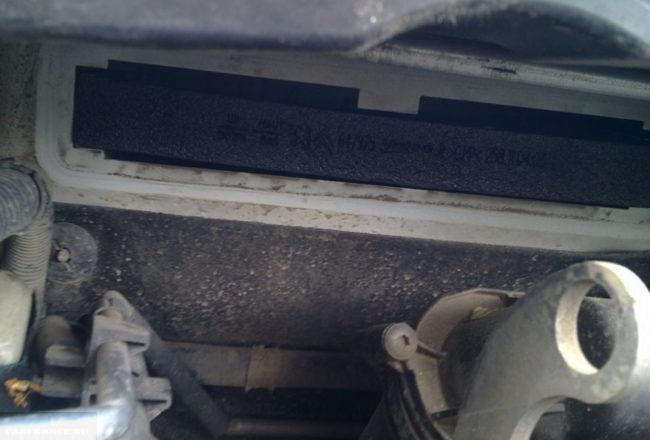Демонтаж старого салонного фильтра и очистка посадочного места на Пежо 308