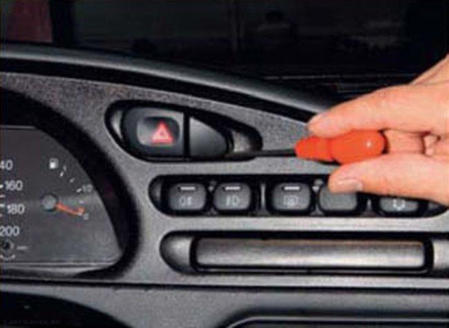 Демонтаж заглушки возле кнопки аварийной сигнализации Нива Шевроле