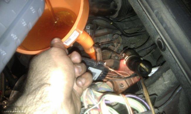 Процесс заливки масла в автоматическую коробку передач Пежо 308 через лейку