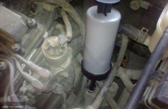 Заливаем новое масло в МКПП на Шевроле Лачетти через заливное отверстие.