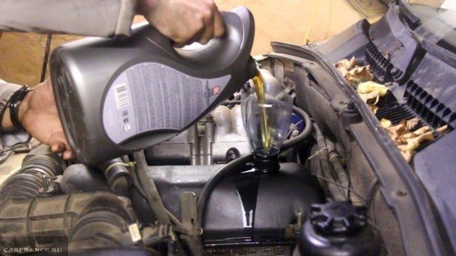 Заливаем новое масло в двигатель на Нива Шевроле