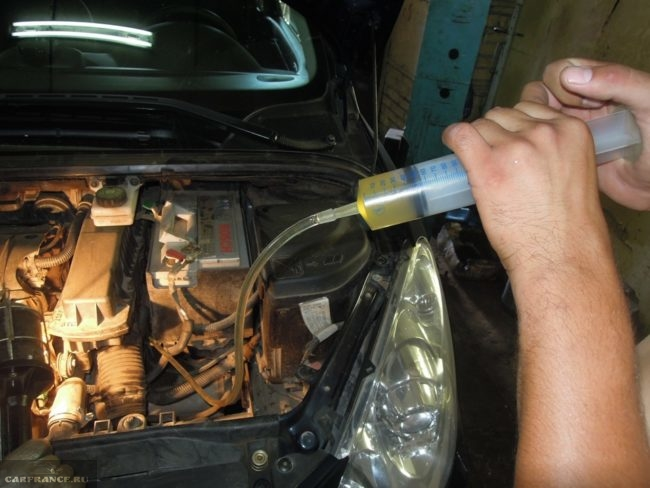 Процесс замены масла в АКПП Пежо 308