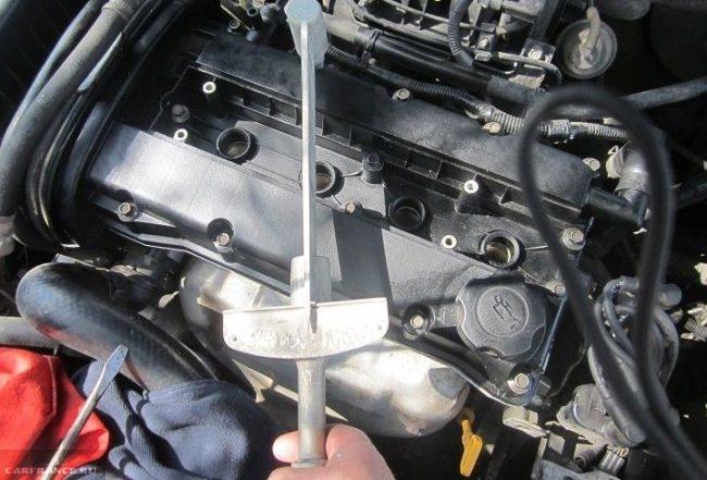 Процесс затяжки болтов динамометрическим ключом болтов клапанной крышки Шевроле Лачетти