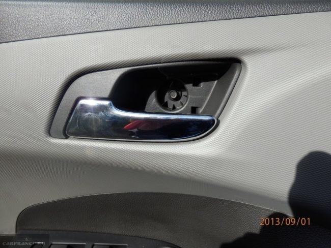 Болт крепления обшивки к кузову на Шевроле Авео где ручка