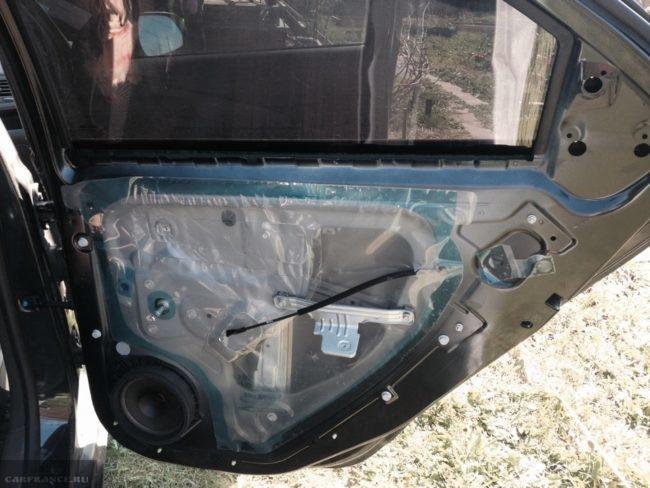 Задняя пассажирская дверь без обшивки на Шевроле Кобальт