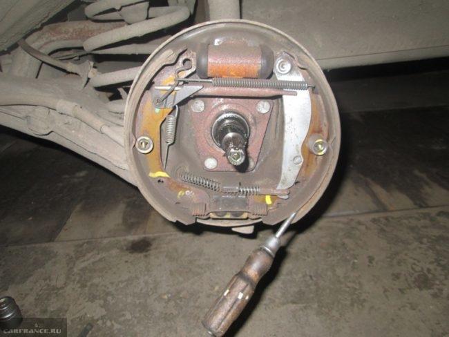 Демонтируем задние тормозные колодки на Шевроле Ланос отвёрткой