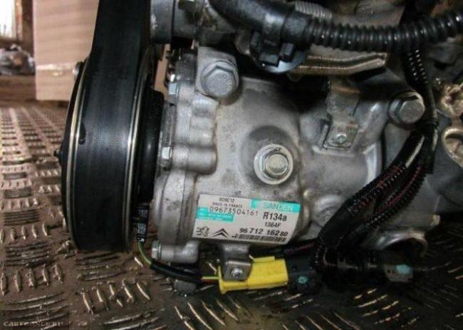 Компрессор кондиционера на двигателе Пежо 308