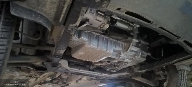 Механическая коробка передач вид снизу на Лада Веста на подъёмнике