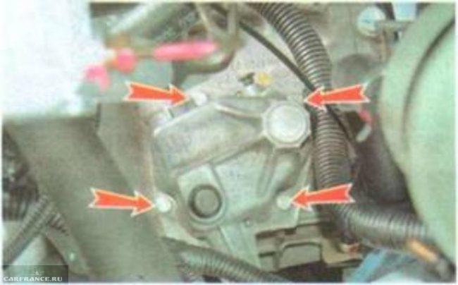 Демонтаж крепящих болтов механизма привода управления КПП Шевроле Лачетти
