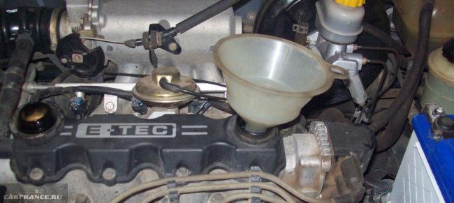 Заливаем новое масло в двигатель на Шевроле Ланос